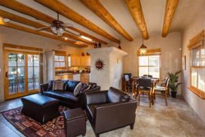 2 Bedroom - 10 Min. Walk to Plaza - Kiva, Holiday homes  Santa Fe - big - 13