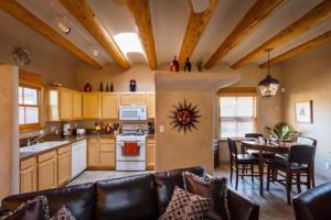 2 Bedroom - 10 Min. Walk to Plaza - Kiva, Holiday homes  Santa Fe - big - 14