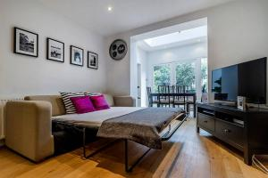 Entire Home in Islington sleeps 4 with garden, Апартаменты  Лондон - big - 23