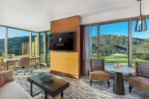 Corner Suite Mountain View King - Non-Smoking