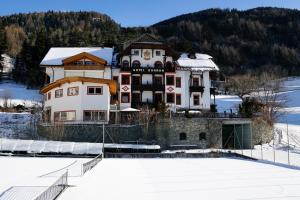 Alpin Hotel Gudrun, Hotely  Colle Isarco - big - 60