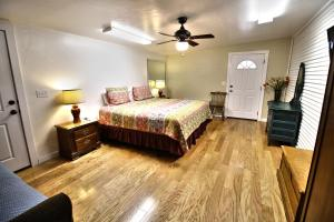 Peach Tree Inn & Suites, Hotel  Fredericksburg - big - 30