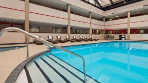 Best Western Premier Milwaukee-Brookfield Hotel & Suites, Отели  Brookfield - big - 46