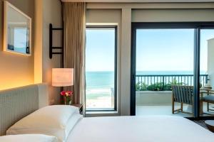 Pokój z łóżkiem typu king-size i widokiem na ocean