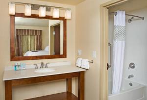 King Room with Bath Tub - Mobility/Hearing Accessible - Non-Smoking