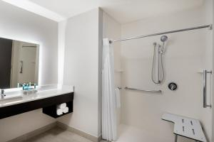 King Room - Hearing Accessible - Roll-in Shower