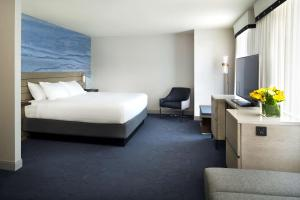 Ada-værelse med kingsize-seng og badekar