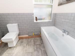 1 Cae Glas Crescent, Penmaenmawr, Dovolenkové domy  Penmaen-mawr - big - 15
