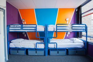 ドミトリールーム 男女共用 ベッド計8台のベッド1台