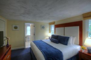 Two-Bedroom Apartment - King Bed and Two Twin Beds