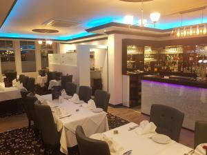 Ascot Grange Hotel - Voujon Resturant, Отели  Лидс - big - 20
