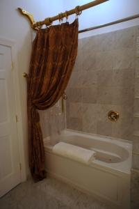 King Room with Jetted Tub - Non-Smoking