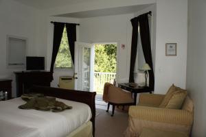 Queen Room with Balcony - Non-Smoking