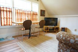 Downtown 1 Bdrm Loft in Arcata - Walk to Everything! Sauna and Bicycles