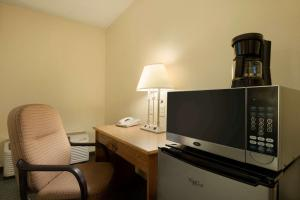 Travelodge Sturgis- Michigan, Motels  Sturgis - big - 11