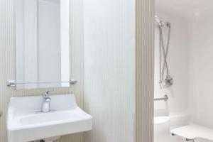 Queen Room with Roll in Shower - Disability Access/Non-Smoking