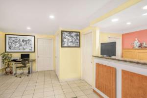 Super 8 by Wyndham Sumter, Motels  Sumter - big - 18