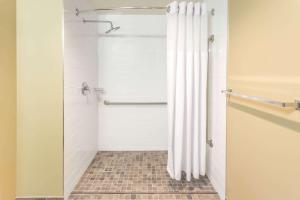 Microtel Inn & Suites by Wyndham Whitecourt, Hotely  Whitecourt - big - 21
