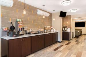 Hawthorn Suites by Wyndham Louisville North, Hotels  Jeffersonville - big - 47