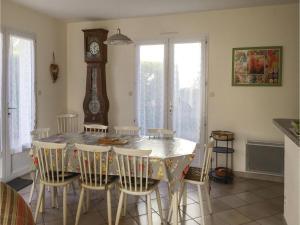 Four-Bedroom Holiday Home in La Tranche sur Mer, Holiday homes  La Tranche-sur-Mer - big - 2