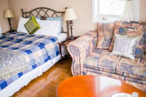 Superior Room, 1 Queen Bed, Shared bathroom (2)