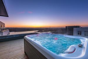 Penthouse apt. amazing view & jacuzzi