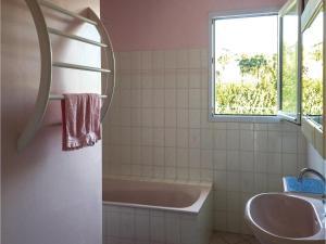 Four-Bedroom Holiday Home in La Tranche sur Mer, Ferienhäuser  La Tranche-sur-Mer - big - 9