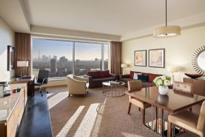 Deluxe Suite with Lounge Access