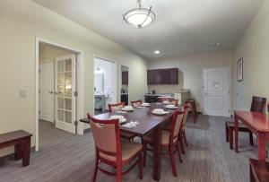 One-Bedroom King Suite with Kitchenette - Disability Access