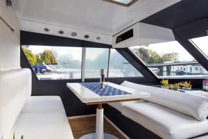 Hampton Court Motor Yacht.  Foto 13