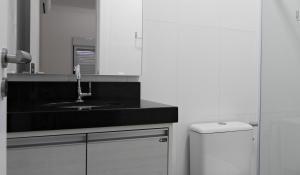 Residencial Aguas Azuis 2 Suites, Апартаменты  Бомбиньяс - big - 17