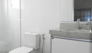 Residencial Aguas Azuis 2 Suites, Апартаменты  Бомбиньяс - big - 28