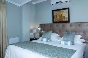 Rom med king-size-seng eller 2 enkeltsenger - bassengutsikt