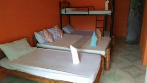 Guanna's Place Room and Resto Bar, Inns  Malapascua Island - big - 59