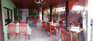 Guanna's Place Room and Resto Bar, Inns  Malapascua Island - big - 123