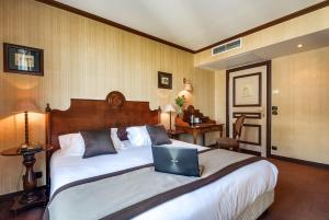2 Adjacent Double Rooms