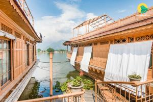 1 BR Houseboat in Nagin Lake, Srinagar, by GuestHouser (DB63), Отели  Сринагар - big - 9
