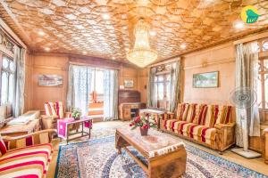 1 BR Houseboat in Nagin Lake, Srinagar, by GuestHouser (DB63), Отели  Сринагар - big - 11