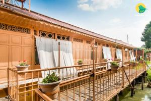 1 BR Houseboat in Nagin Lake, Srinagar, by GuestHouser (DB63), Отели  Сринагар - big - 15