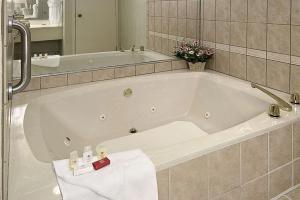 Ramada by Wyndham Asheville Southeast, Hotels  Asheville - big - 28