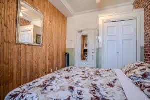 Queen Room with Private External Bathroom