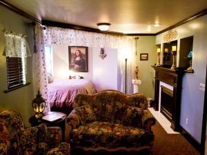 Deluxe Queen Suite - Cinderella's Attic
