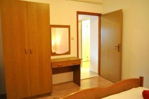 Apartment Okrug Gornji 6067a, Apartmány  Trogir - big - 3