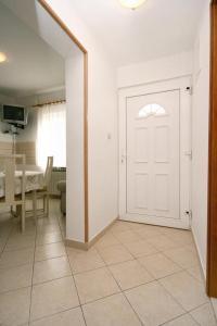 Apartment Okrug Gornji 6067a, Apartmány  Trogir - big - 8