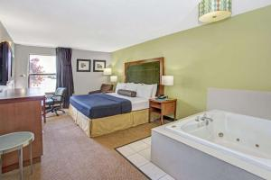 Days Inn by Wyndham Great Lakes - N. Chicago, Hotely  North Chicago - big - 35