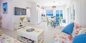 Coral Cottages, Villas  Old Man Bay - big - 2