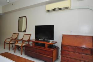 Miranda 306B by Kel's Place, Apartments  Nasugbu - big - 12