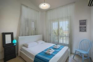 Meneou Beachfront Villa, Vily  Meneou - big - 14