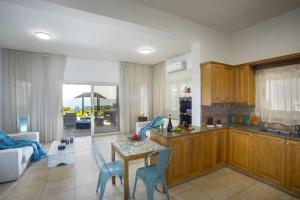 Meneou Beachfront Villa, Vily  Meneou - big - 19