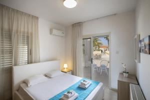 Meneou Beachfront Villa, Vily  Meneou - big - 21